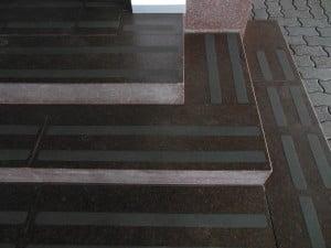 Фото: противоскользящая лента на ступени