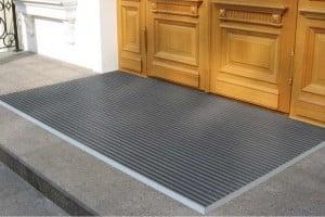Фото: Что лучше выбрать для входов – коврики от грязи или решетки